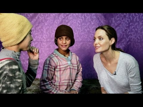 أنجلينا جولي تلتقي أطفالاً سوريين يتامى في لبنان