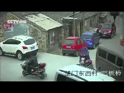 وفاة عجوز في الشارع دون اهتمام المارة