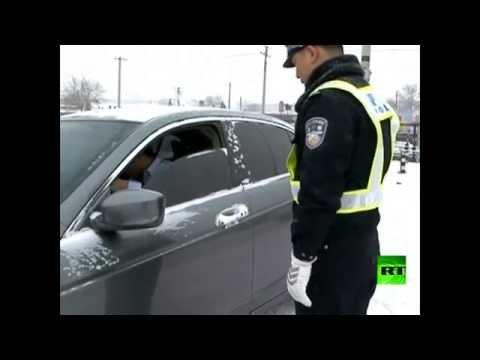 شرطي يُوقف سائق سيارة بطريقة غريبة
