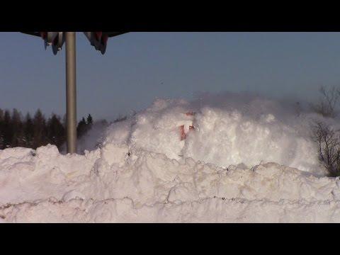 قطار يتحول إلى وحش يتحدى الثلوج