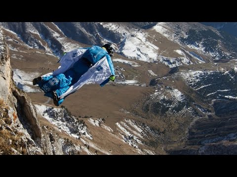 مغامر ينجح في القفز من أخطر قمة جبليَّة