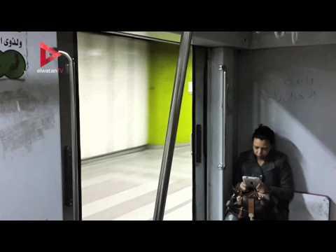 مترو الأنفاق يسير وأبوابه مفتوحة