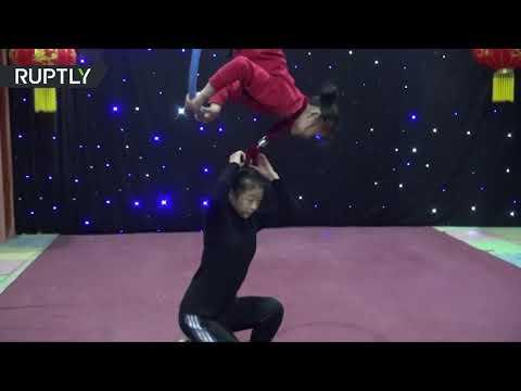 طفلان يؤديان حركات بهلوانية تحبس الأنفاس