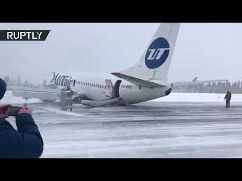 شاهد طائرة ركاب تهبط على بطنها في مدينة روسية