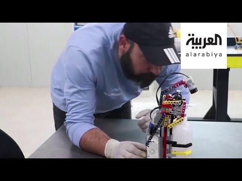 شاهد لاجئون سوريون يبتكرون إنسانًا آليًا يوزع المطهر بمخيمهم لمنع عدوى كورونا