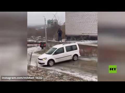 شاهد لحظة انزلاق سيارات في كورسك الروسية بعد مطر جليدي هناك