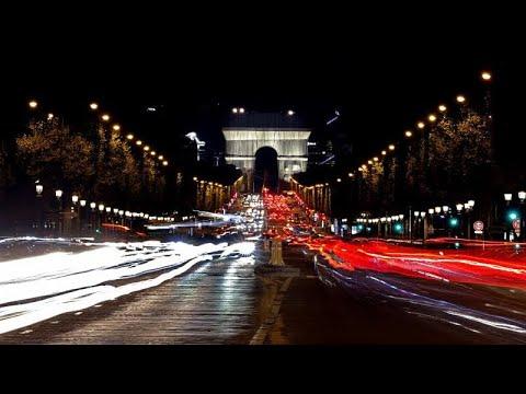 ماكرون يدشن قوس النصر في باريس بحلته الجديدة