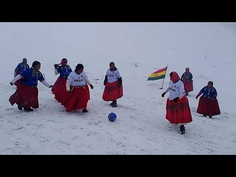 سيدات من بوليفيا يلعبن كرة القدم فوق الثلج بتنانيرهن التقليدية
