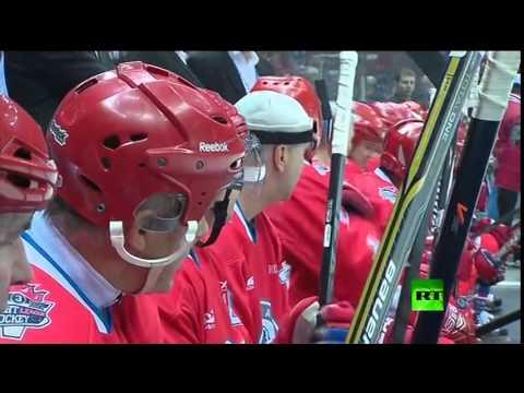 الرئيس الروسي فلادمير بوتين يستعرض مهاراته في هوكي الجليد