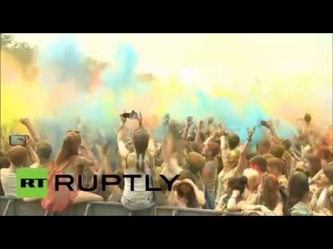 سكان موسكو يشاركون في مهرجان الألوان الهندوسي